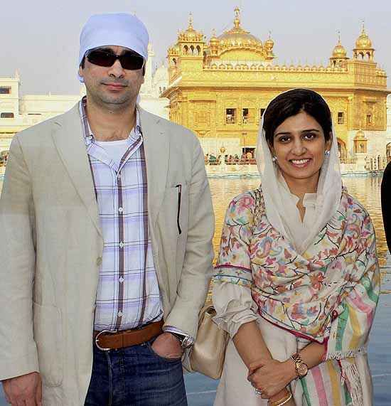 Former Pakistan Foreign Minister Hina Rabbani Khar with her husband paying obiesence at Golden Temple in Amritsar. ■ Photo: Deepak Sharma (PTI)