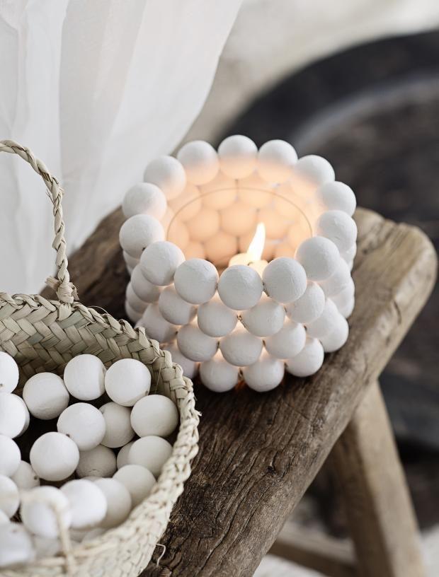 Helt enkle, hvite vattkuler gir nytt liv til et glass og skaper utrolig fine lysholdere. Og fordi de minner om snølykter, kan disse være fine som dekorasjon til jul også ... Foto: Line Kay