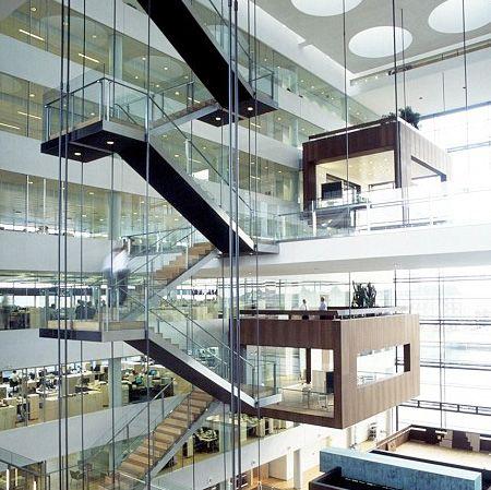 コペンハーゲンの銀行の会議室だそうです。宙に浮いてるような作りだけど、地震とかコエーw(via 空中の会議室)