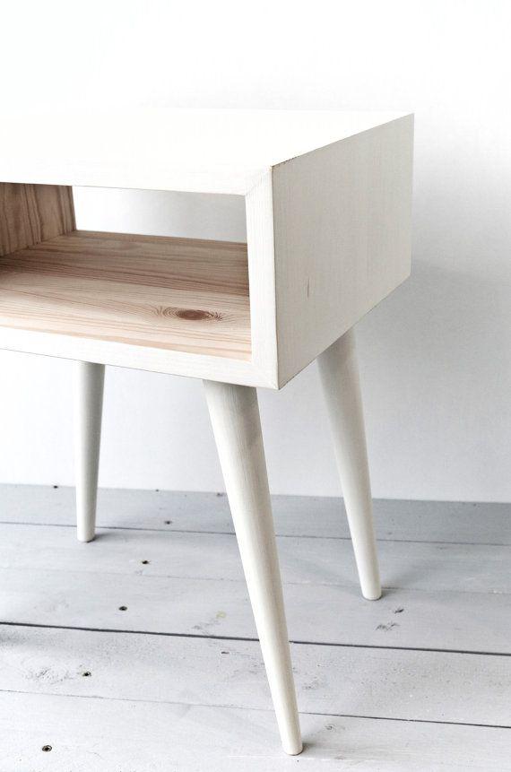 Tavolo moderno di piccola metà secolo si inserisce perfettamente nel interni moderni. Può servire come un tavolino o comodino. Questo bel tavolo rende una pianta ideale stand o accento pezzo ovunque nella vostra casa.  Comodino-solido pino, bianco dipinto a mano con vernice gesso Autentico.  Dimensioni: 40.5x30.5xH50.5 cm / 15.9x12xH19.8 in  Spero che ti piaccia! ************************************************************* PER GLI ACQUIRENTI DALLEUROPA!!! Quando si ordina la tabella, si…