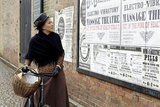 """Atriz Maggie Gyllenhaal em cena do longa """"Histeria"""", que conta a história da invenção do vibrador elétrico"""