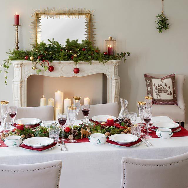 »Santa Style« Festlich den Tisch dekorieren. Für alle Gäste eine Freude. Tafel-Service von GMUNDNER KERAMIK. Wandspiegel Sticks von PORT MAINE.