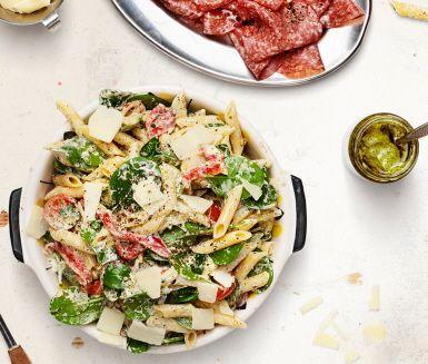 Recept: Pastasallad med grillad paprika, pestodressing och parmesan