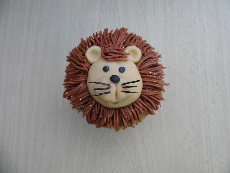 Cupcake con buttercream de Frambuesa formando la cabeza de un león. Cara del muñeco realizada con fondant.  www.monicacupcakes.blogspot.com