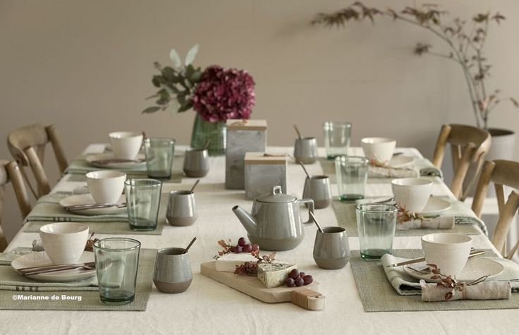 """🍁 5 tips for setting the table 🍁 1. Add color and softness with a dish towel under the plate. 2.…"""""""