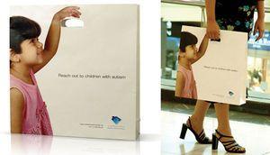 ショップの紙袋:子供と手をつないでいるように見えますね。