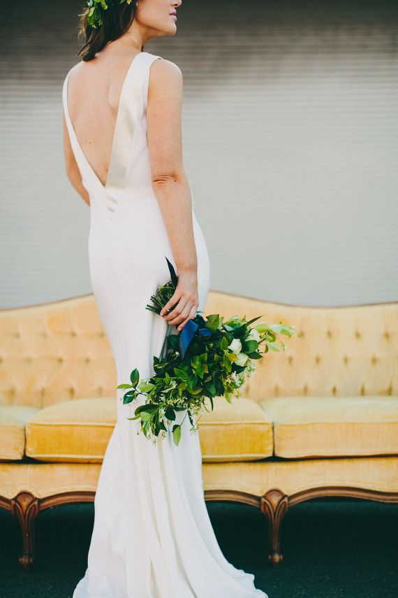 Robe de mariée dos pour un shooting d'inspiration industriel - Crédit Photo: Lauren Scotti - Fleurs: Tic-Tock Couture Florals #dosnu #bridaldress #backless