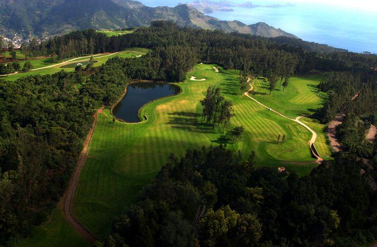 Wil je ook golfen in #Portugal? Dan hier een aantal tips - via @saudadespt 09.07.2015 |  Portugal krijgt jaarlijks vele bezoekers. Toeristen die op het strand willen liggen, jongeren die willen feesten, stelletjes die een stedentrip maken, maar ook vele golfers! Het is één van Europa's topbestemmingen als het op golf aankomt en dat het hele jaar door. Portugal kent een groot aantal prachtige golfbanen en golfresorts. De uitstekende faciliteiten in combinatie me... Foto: madeira golf