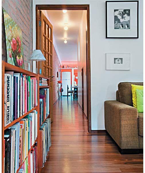 O corredor conduz da sala para a cozinha e é iluminado por lâmpadas fluorescentes, colocadas em soquetes comuns. Projeto de Rodrigo Mindlin Loeb.