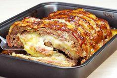 Bolo de Carne com Bacon Recheado de Purê de Batatas. Por cima, pincelado com molho Barbecue dando um delicioso adocicado.