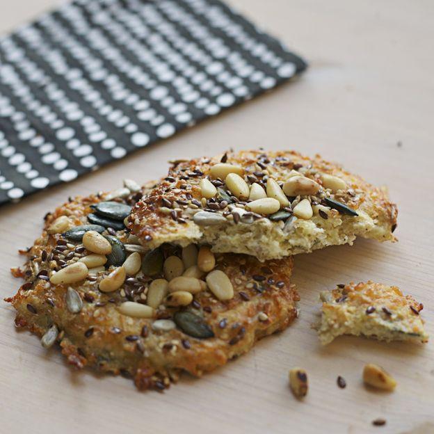 lättbakat bröd som rörs ihop  med mandelmjöl, riven ost, turkisk yoghurt, ägg, nötter eller frön...