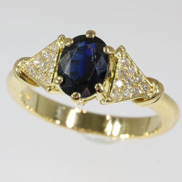 110 crt saffier en de diamant  030 ct geel gouden ring grootte: EU-55 & 17 Verenigde Staten-7 gratis UK-O vergroten/verkleinen  Soort juweel: ringConditie: zeer goedLand van herkomst: waarschijnlijk BelgiëMateriaal: 18K yellow gold (toetssteen getest)Diamanten: 20 briljant geslepen diamanten met een geschat gewicht van  030 ct. (kleur en helderheid: H/J si / ik).Alle diamant gewichten kwaliteiten van de kleur en helderheid zijn bij benadering omdat de stenen waren niet uit hun mounts te…