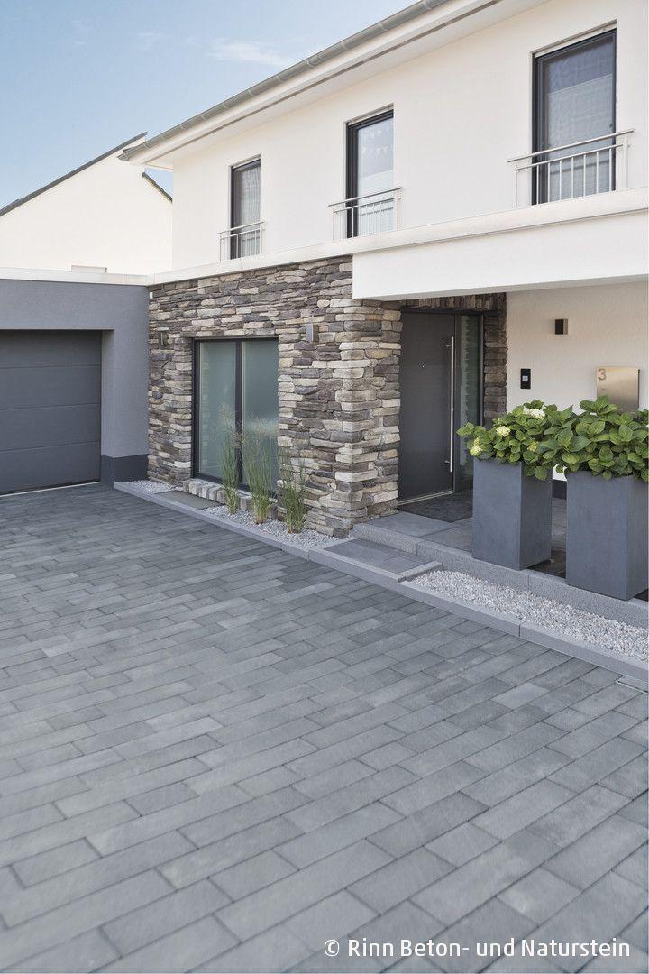 Moderne Einfahrtgestaltung mit Padio® Pflaster. Gartengestaltung passend zum Ne