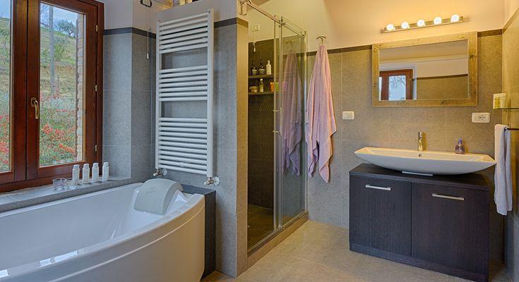 De ensuite badkamer van de master slaapkamer is voorzien van een wastafel, enorme inloopdouche, een mooi groot bad, toilet en bidet.
