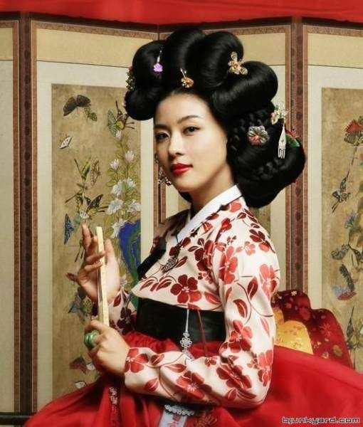 Ha Ji Won as Hwang Jini famous Korean musician and gisaeng (female entertainer)