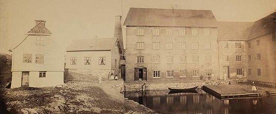 Her er et nærbilde av husene på Hæggerneset på 1880-tallet. Bolighus til venstre, Hæggernes Dampmølle til høyre (foto: Knud Knudsen, UBB).