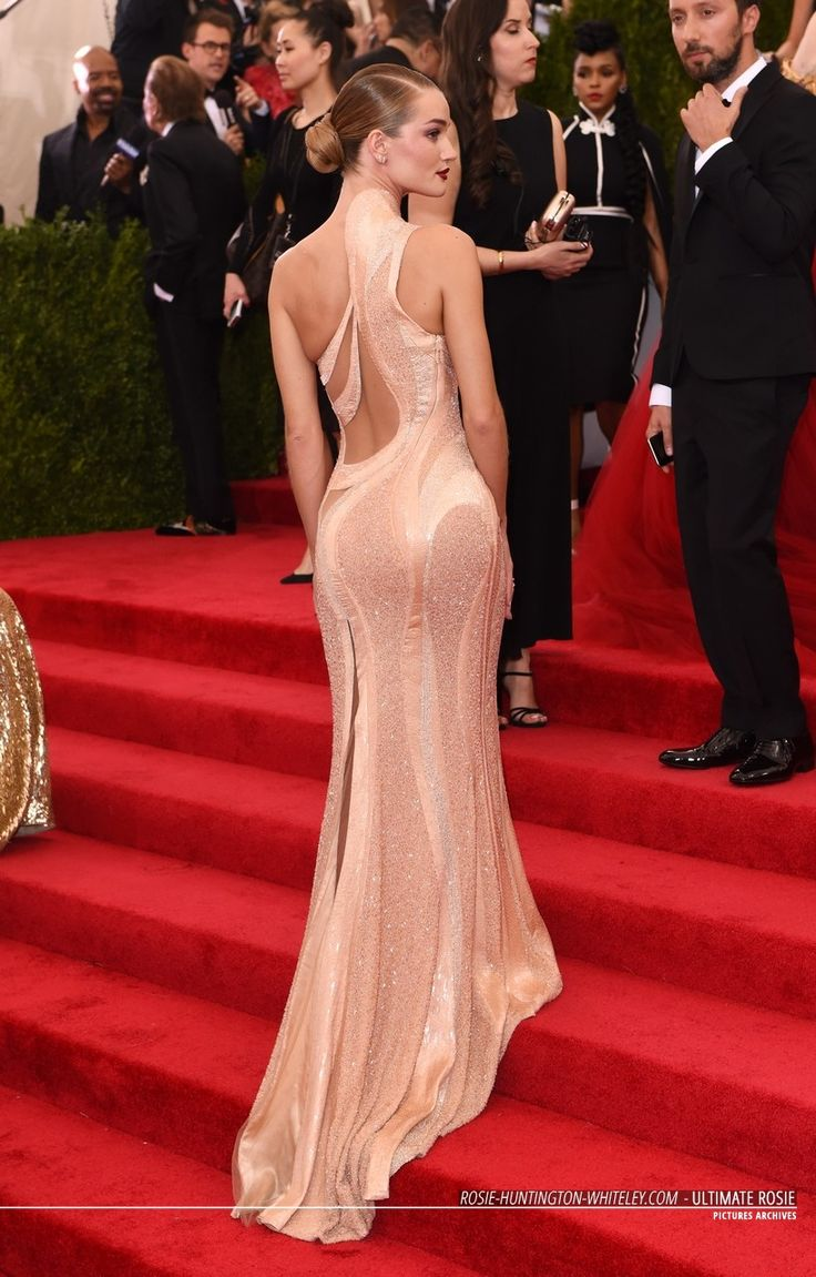 Rosie Huntington-Whiteley in Atelier Versace Spring 2015 Couture custom gown, Christian Louboutin shoes and Anita Ko jewelry – Met Gala 2015 @versaceofficial @louboutinworld @anitakojewelry #MetGala2015 #MetBall2015