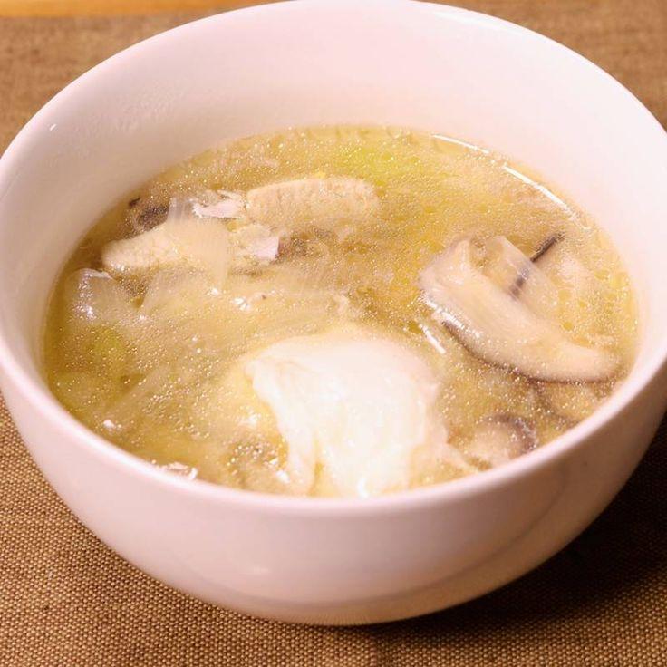 「まるごと卵の中華スープ」の作り方を簡単で分かりやすい料理動画で紹介しています。ごま油の香りが食欲をそそる中華スープに、 卵をそのままお鍋にドボンッ! 誰でも簡単に出来る、まるごと卵の中華スープです。 具沢山なので、おわん1杯でも満足できますよ! 作り方はとっても簡単なので、是非お試しください!