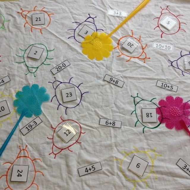 Mep de som. Mep de som is een spel dat zelfstandig door de kinderen gespeeld kan worden. Ze vestigen met klittenband op elk beestje een getal. Vervolgens leest iemand een som voor en meppen de kinderen zo snel mogelijk het juiste antwoord.