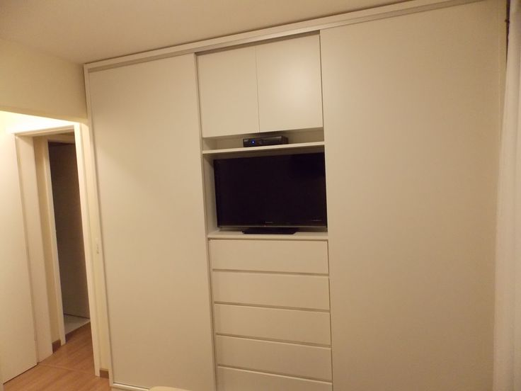 Guarda-roupas com espaço para a TV.