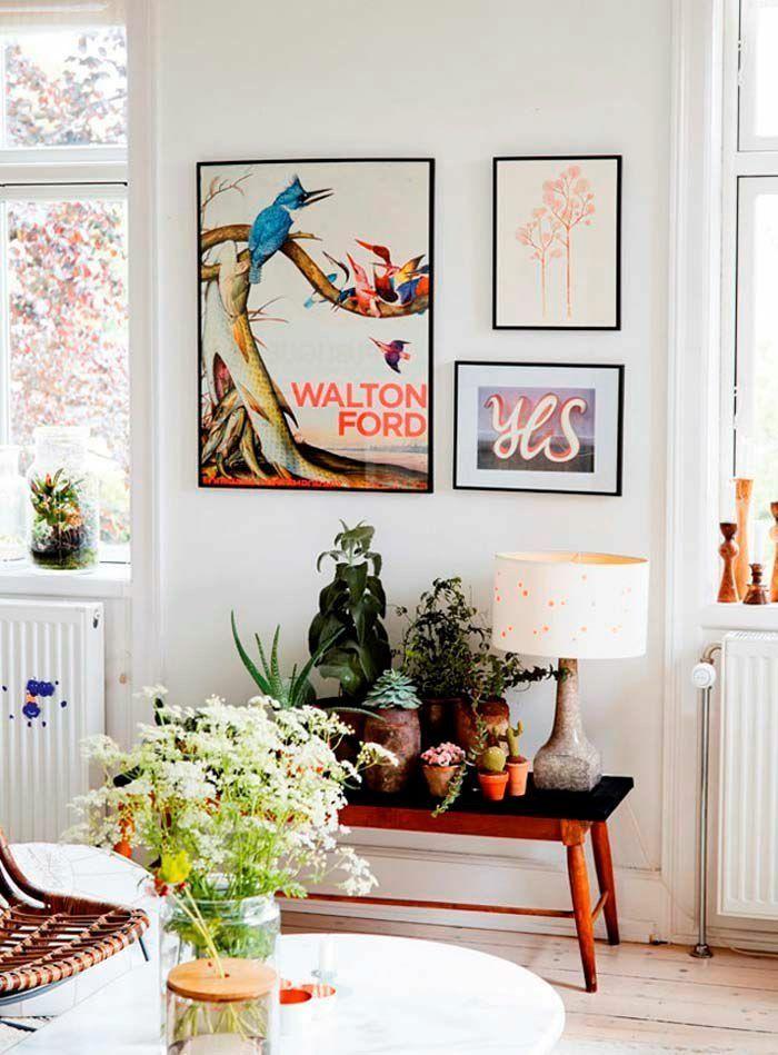 Des cadres colorés et des plantes d'intérieur pour habiller un mur blanc