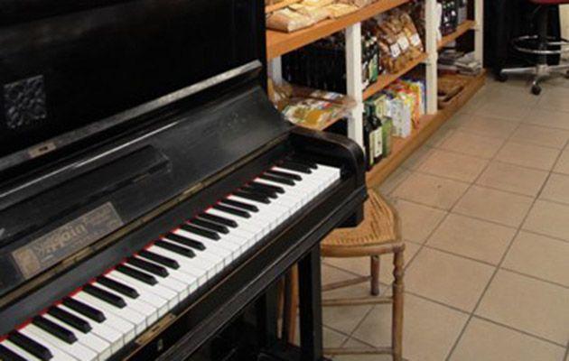 Το «Μαμά Πεινάω» είναι πάντα στη λίστα με τους αγαπημένους φούρνους της Αθήνας γιατί είναι μία εμπειρία λόγω χώρου αλλά και χάρη και στη μουσική από το πιάνο που συνοδεύει την επίσκεψή μας εκεί. Εκτός από ψωμί ολικής με ηλιόσπορο και λιναρόσπορο, ή με πλιγούρι και φουντούκι, βρήκαμε και δεκάδες άλλες νοστιμιές - μηλόπιτες, υγρό κέικ με μήλο και κανέλα, κολασμένα σπιτικά τυροπιτάκια μόνο με φέτα, χορτόπιτα χωρίς τυρί με βιολογικό λάδι, κουρού κιμαδόπιτα και άλλα που δεν θυμόμαστε γιατί είχαμε…