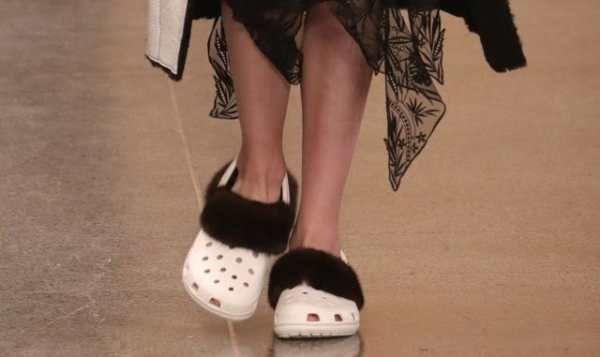 Christopher Kane sfila con le Crocs customizzate contro il freddo dell'inverno. Christopher Kane, fashion designer inglese amato e blasonato per il suo stilesperimentale, innovativo e mai banale, ha presentato la nuova collezione donna AW17, lo scorso lunedì lungo i corridoi della Tate Gallery di Londra. Vincitore dell'ambito Women's Wear Designer of the Year award nel ...
