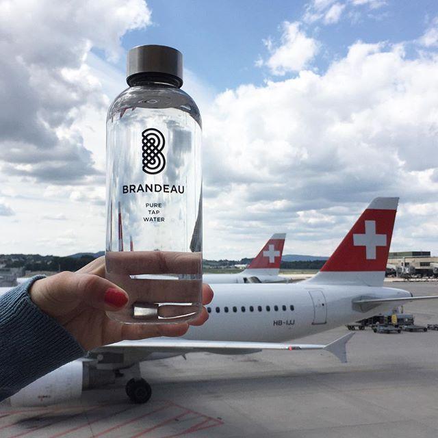 www.brandeau.ch I  Brandeau fly Swiss. ••• #brandeaubottles #wasser #water #wasserflasche #wassertrinken #wassergenuss #hahnenwasser #stilleswasser #flasche #tapbottle #tapwater #trinkflasche #takeawaybottle #togobottle #togo #takeaway #bpafree #tritanbottle #tritanflasche #bpafreebottle #airportzurich #flughafenzürich #airport #airportwater #inflight #inflightwater #swiss #swissairlines #boarding