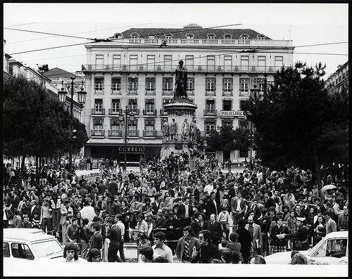 Concentração no Largo de Camões. 25 de Abril de 1974. Estúdio Horácio Novais.