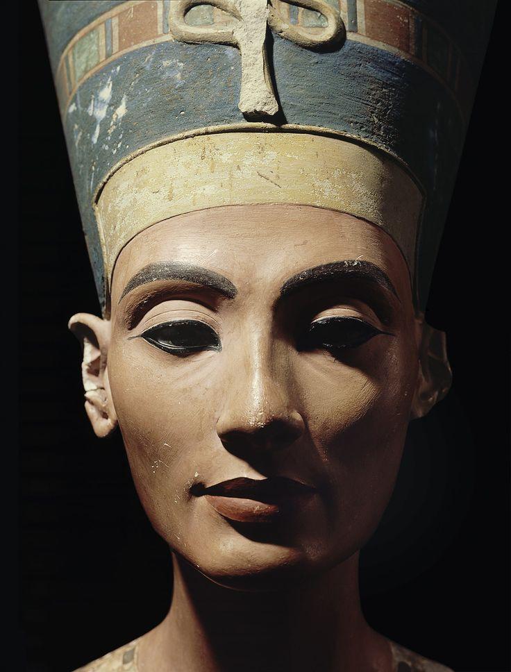 Nefertiti. ¿Quién fue realmente esta legendaria mujer que reinó en Egipto hace más de 3.300 años y que aún hoy sigue fascinando al mundo?