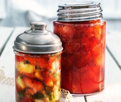 Spara en smak av sommaren med detta recept på jordgubbssylt med stjärnanis som går utmärkt att frysa in. Koka ihop din söta sylt och förvara den i lufttäta burkar tills den ska avnjutas med glass, våfflor, fil eller som en smarrig tårtfyllning.