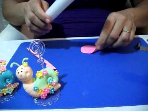 Nesta primeira aula de 2011, você aprenderá como modelar um caracol porta-recados em biscuit. Você pode oferecer aos seus convidados como uma lembrança ou, s...