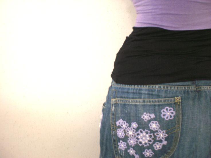 Applicazione su gonna di jeans di fiori fatti al chiacchierino