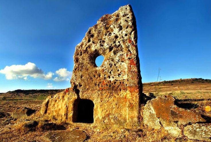 """Escursioni Sardegna: """"Alla scoperta dei nuraghi"""". E' questo il titolo della passeggiata culturale che sabato 31 maggio consentirà ai più di far visita ai siti nuragici e alle tombe di giganti della Sardegna.  #EscursioniSardegna"""