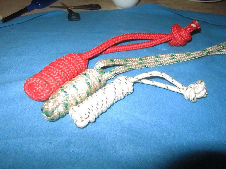 schritt 1 für die: Motivationsspielzeug. Das rote Spielzeug besteht aus 10 mm dickem 2m langem Kunststoffseil. Das mittelere besteht aus 8mm dicken 2m langem und das dritte aus 6mm dicken 1,80 langem Seil.