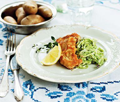 Frasig vit fisk med coleslaw på färska örter är en härlig kombination då den milda fisken piggas upp av den syrliga coleslawn. Koka även lite potatis att ha till.
