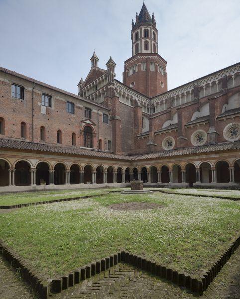 Suggestiva veduta dell'abbazia di Sant'Andrea di Vercelli dal chiostro.