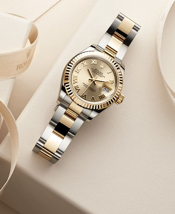 The champagne-colour dial of this Lady-Datejust 28 Rolesor, with its warm yellow tone, creates a visual resonance with the 18ct yellow gold fluted bezel and centre links of its Oyster bracelet. This combination is a true Rolex classic.
