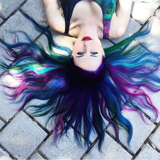 Après le rainbow hair ou le opal hair, la nouvelle mode côté coloration est officiellement le Galaxy Hair. Une façon d'aborer des teintes, bleues ou violettes de façon à recr