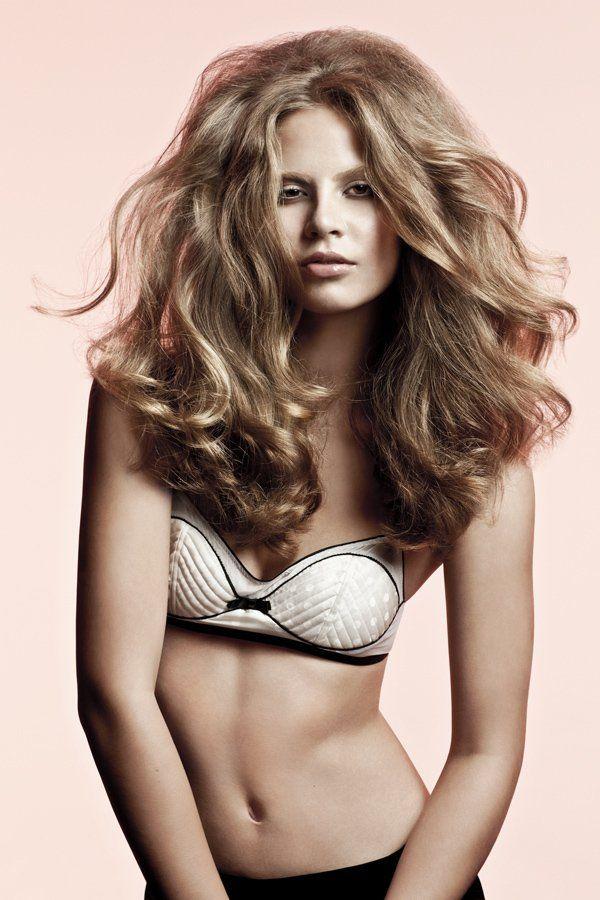 Frisurentrend+Big+Hair!+Wer+mehr+Volumen+in+sein+langes+Haar+bringen+will,+sollte+auf+Stufen+setzen+und+das+Haar+mit+einer+Rundbürste+föhnen.+