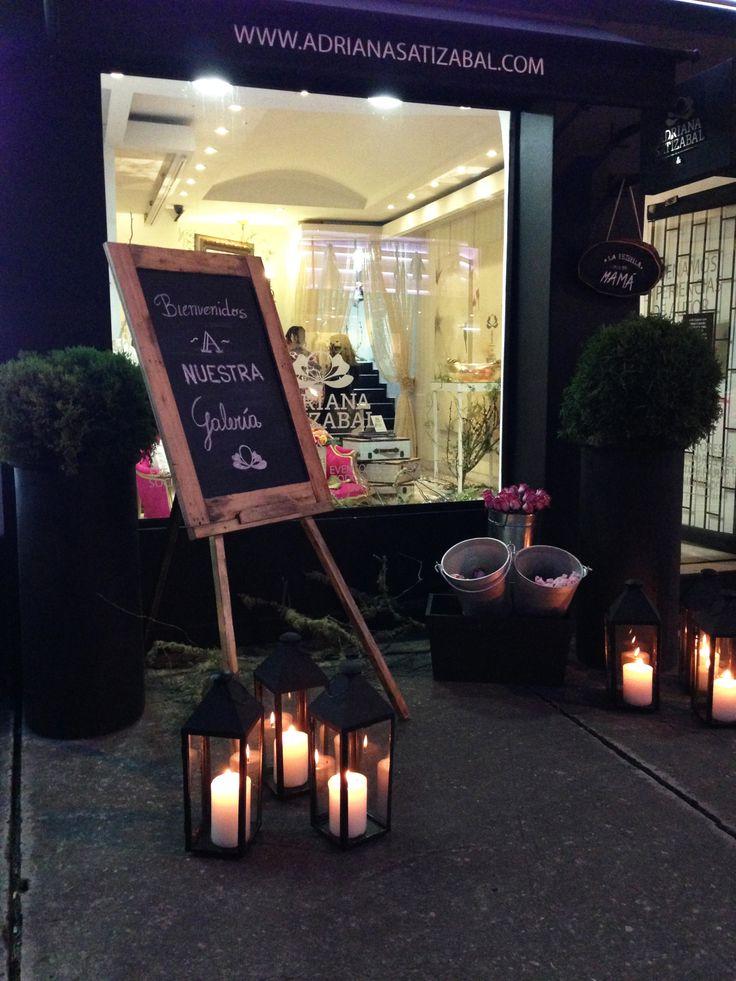 Flores y vinos en la Galería de ADRIANA SATIZABAL &