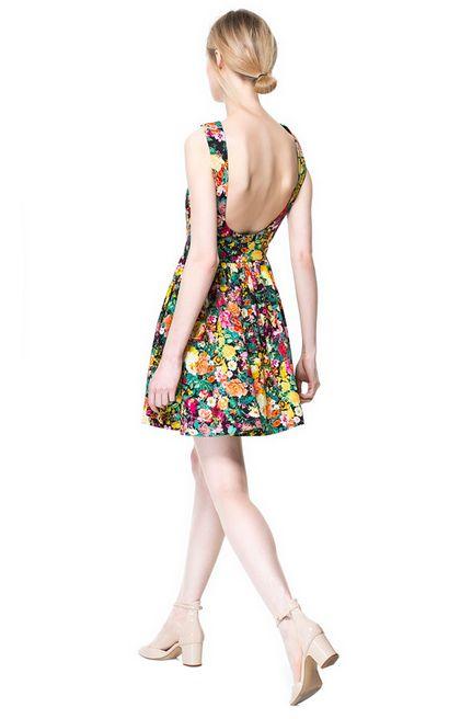Rozkloszowana sukienka w kwiatki z dużym dekoltem na plecach - Zara