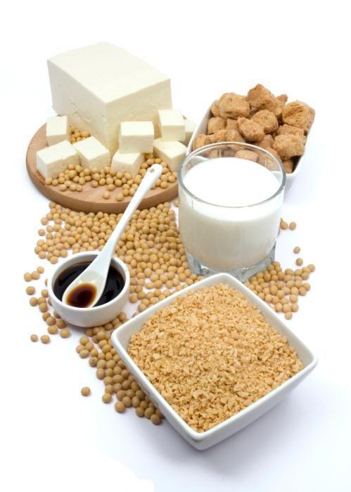 La leche constituye una parte fundamental de nuestra dieta y resulta muy saludable, solo que en ocasiones puede no resultar conveniente su consumo, ya sea por sufrir de intolerancia a la lactosa, o por evitar el riesgo de elevar el colesterol. Por ello, las leches vegetales cada vez se hacen más populares, y