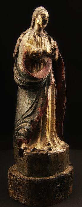 Middeleeuwse houten sculptuur beeltenis van de Onbevlekte Ontvangenis dateerbare tussen de 14e en 15e eeuw  Volledige lengte houten sculptuur met een groot polychroom oppervlak onthullen een goede glimp van de originele laag verf. Het werk kan worden gedateerd tussen de tweede helft van de 14e en de vroege 15e eeuw interpretatie van Spaanse wortels. Een duidelijk gebrek aan pigment op gezicht en handen geklemd lijkt te onthullen van een zwarte regeling waardoor indien bevestigd zou het…