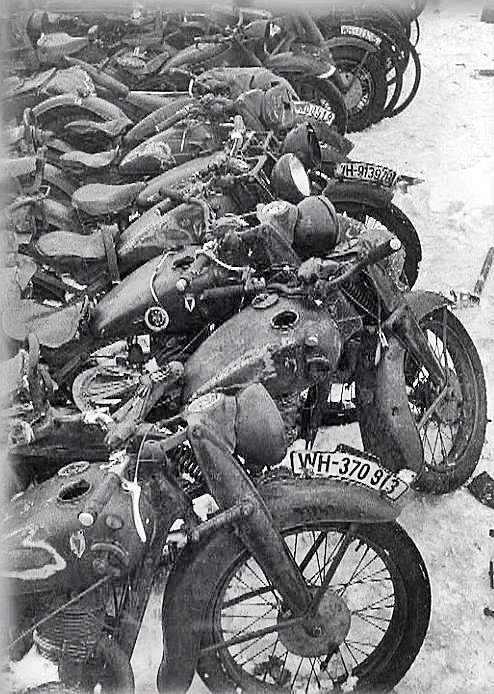 Durch Polarkälte liegengebliebene Wehrmachtskräder. Das Benzin fror fest! Stalingrad, 1943