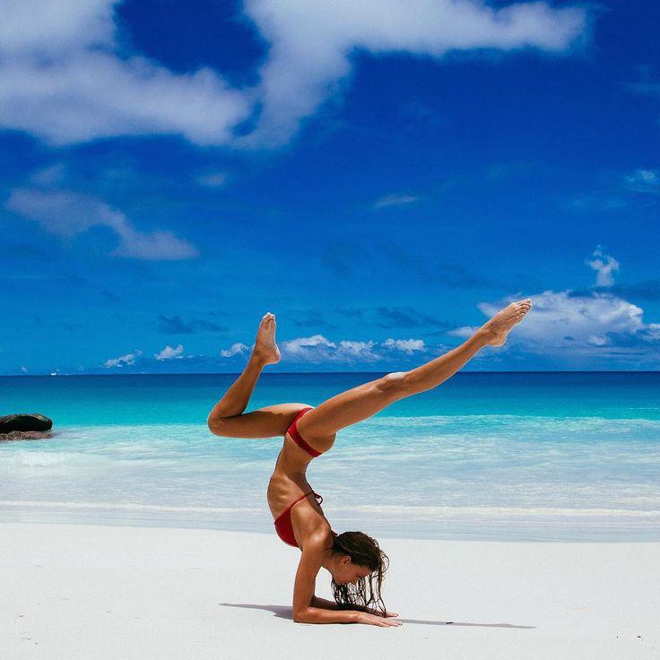 несколько йога на берегу моря фото же, как знаменитый