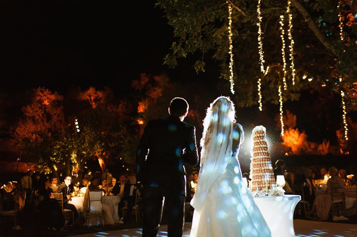 Wedding speech under a romantic tree... with a tower of macarons as wedding cake, by Caprichia. Photo: Gabriel Navas