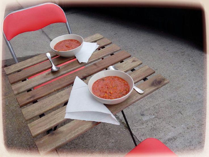 A munka ünnepét ünnepeltük egy kis munkával. Annyira csendes volt a műhelytelep, hogy ki lehetett költözni ebédre az udvarra. Recept: http://www.receptmuves.hu/2014/04/paradicsomleves-gazdagon.html  #lunch #ebed #soup #leves #table #asztal #yard #udvar #napkin #szalveta #paradicsom #tomato
