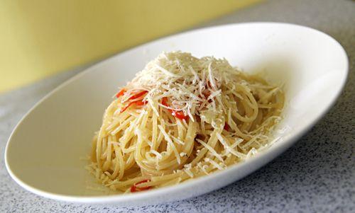 Spaghetti aglio olio e peperoncino - oblíbené lehké jídlo na léto    http://tomichutna.cz/recept-tipy-spaghetti-aglio-olio-e-peperoncino