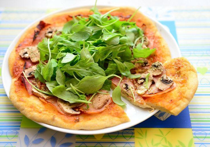 Nem opskrift på glutenfri pizza.   Glutenfri pizzatips: 1. Når man laver glutenfri pizza, skal der helst være gær i dejen, ellers bliver den ikke så sprød. Hvis man bruger bagepulver, bliver det ikke helt det samme. 2. Dejen må helst ikke være for blød/våd. 3. Lav ikke pizzaen for stor, dafugtigt pizzafyld kan gøre den midterste del for porøs og ikke ordentlig gennembagt. 4.Bag pizzabundene i 10-15-20 minutter før der kommer fyld på. Dette gør bundene sprøde og luftige. Lav først denne...
